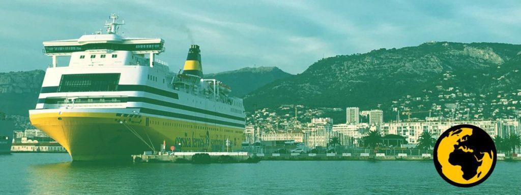 ferry à quai dans le port de Toulon