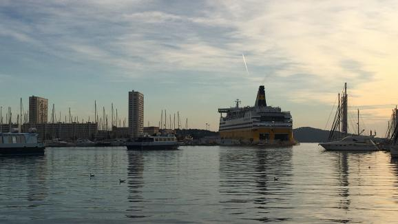 Ferry à 'entrée du port de Toulon